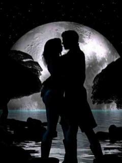 Indragostiti pe malul marii sub clar de luna